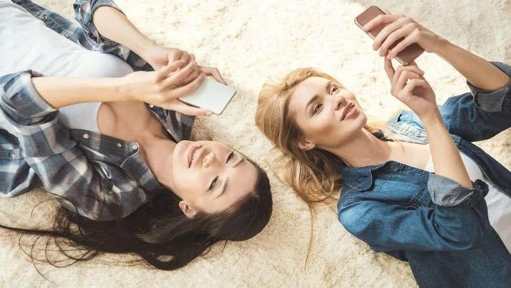 3个伤身的玩手机姿势及改善方法
