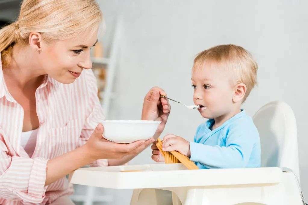 给小孩喂饭