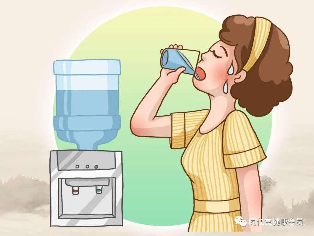 猛喝冰饮易造成肠胃不适