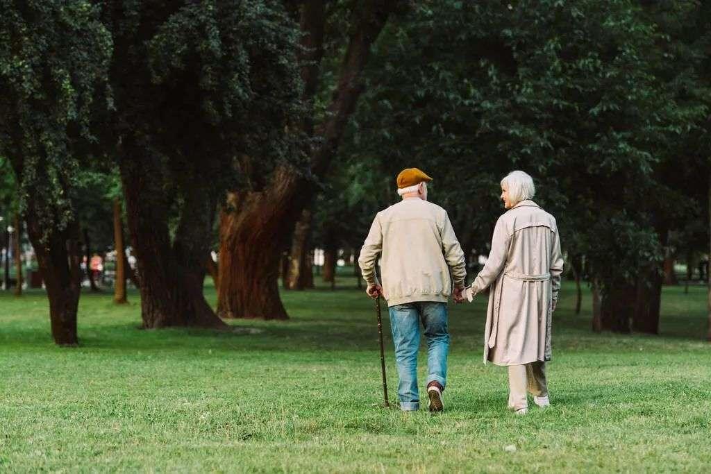 """老年人如何避免""""老缩""""变矮"""
